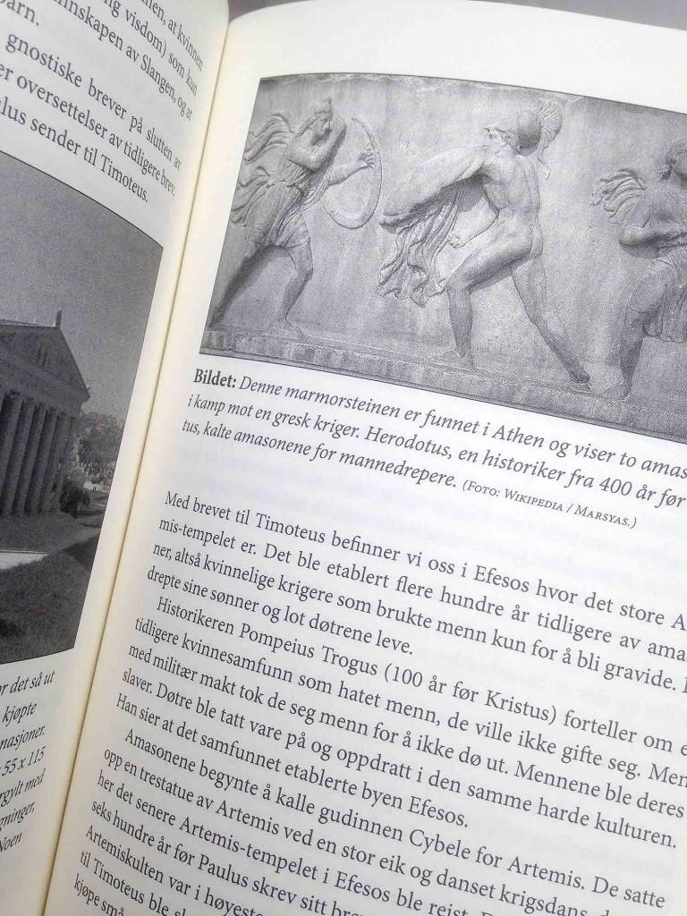 """Utsnitt av boken """"De første kristne"""". Deb avbildede teksten handler om amasoner som grunnla Efesos, det er byen som misjonæren Timoteus er i da han får brev fra Paulus."""