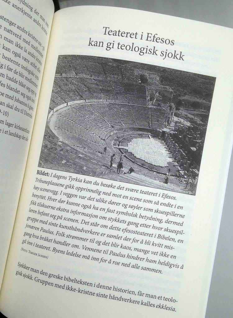 """Utsnitt fra boken """"De første kristne"""". Boksiden har et bile av teateret i Efesos. Teksten handler om at Bibelen kaller den ikke-kristen gruppen av kunsthåndverkere for ekklesia. det er det ordet som i dag oversettes til menighet eller kirke."""